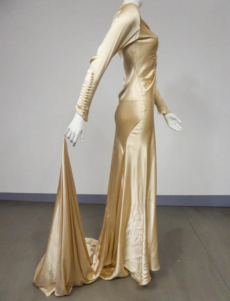 Wedding dress with big train in cream silk satin Circa 1935/1945 For Sale 4