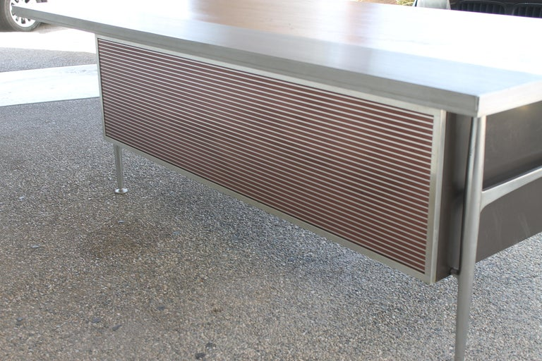 Welton Becket Aluminum and Wood Desk for Kaiser Aluminum In Good Condition For Sale In Palm Springs, CA