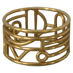 Wendy Ramshaw Gold Band Ring on Lucite Stand