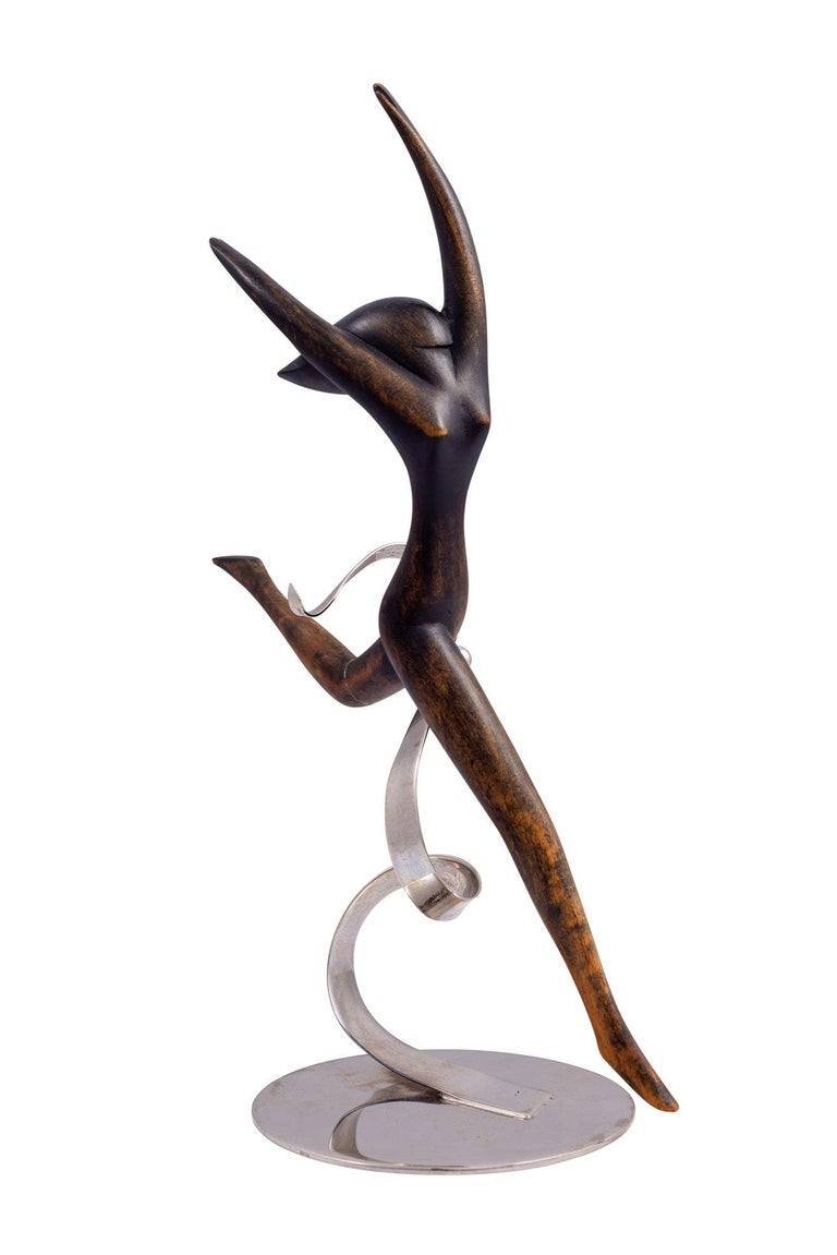 Beginning in the 1920s, the Hagenauer siblings designed independent figurines of women that were not integrated in everyday use items such as mirrors or candelabras. We assume that Franz Hagenauer designed this cute dancer in the 1930s. Raising here