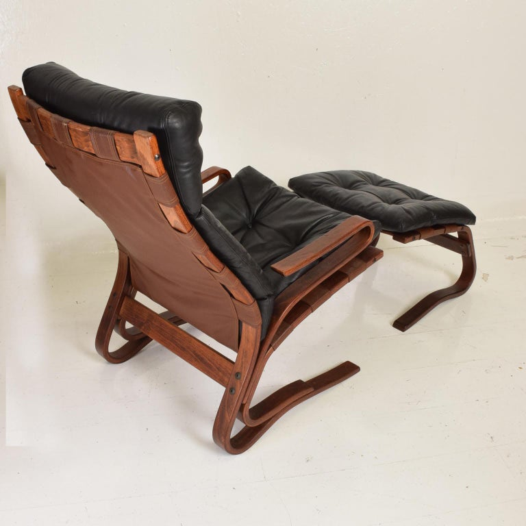 For your consideration, a lounge chair and ottoman by Ingmar Relling for Westnofa. Rare bent plywood cantilever model with matching ottoman. Bent plywood finished in rosewood color and black leather. No labels are present.   Dimensions: Chair 40