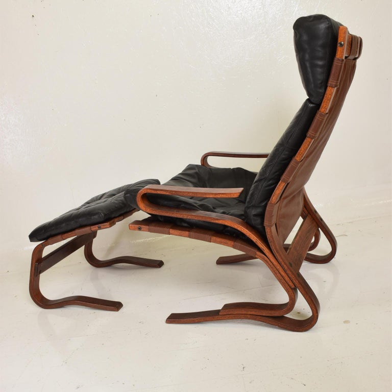 Westnofa Siesta Chair by Ingmar Relling Bent Plywood Lounge Chair and Ottoman In Good Condition For Sale In National City, CA