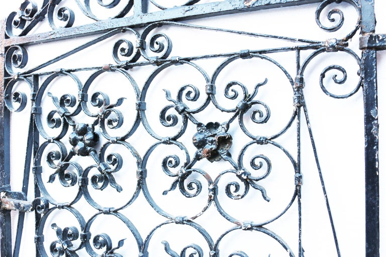 This gate is galvanised and finished in gloss black paint. The gate will have a working latch and is supplied with new hinges ready for installation. Excellent quality and in ready to fit condition. Measures: Height 140 cm Width 83.5 cm, to fit