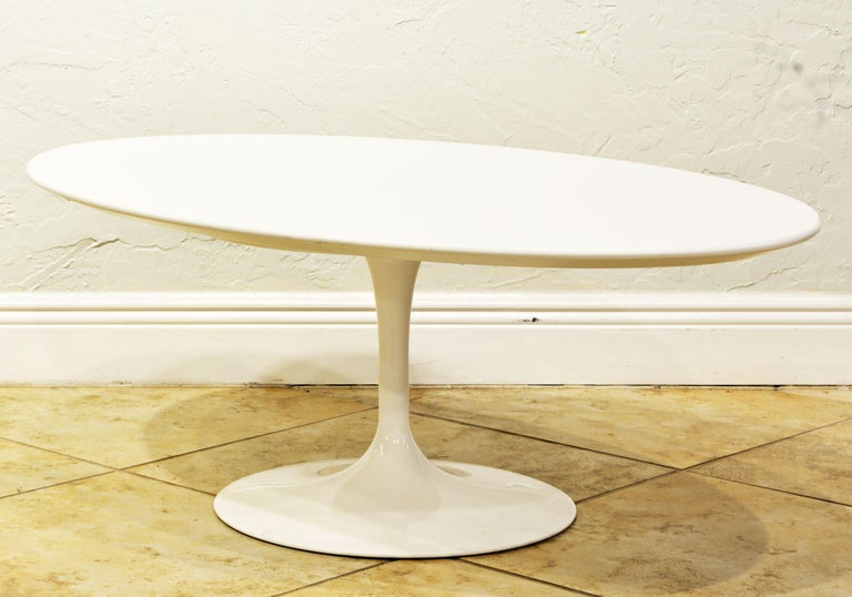 White oval tulip coffee table, designed by Eero Saarinen for Knoll, Italian, originally designed in 1957, this example is a somewhat later production and in excellent condition. Knoll, Saarinen coffee table: A nameplate with the Knoll Studio logo