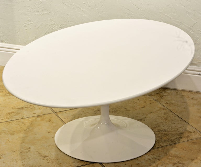 White Oval Tulip Coffee Table by Eero Saarinen for Knoll, Label In Good Condition For Sale In Ft. Lauderdale, FL