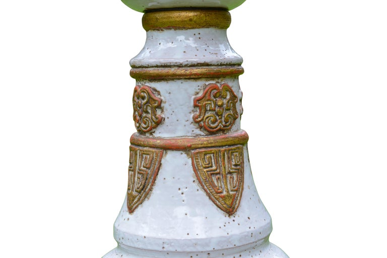 White and Gold French Ceramic Table Lamp, circa 1960 In Excellent Condition For Sale In Sint-Kruis, BE