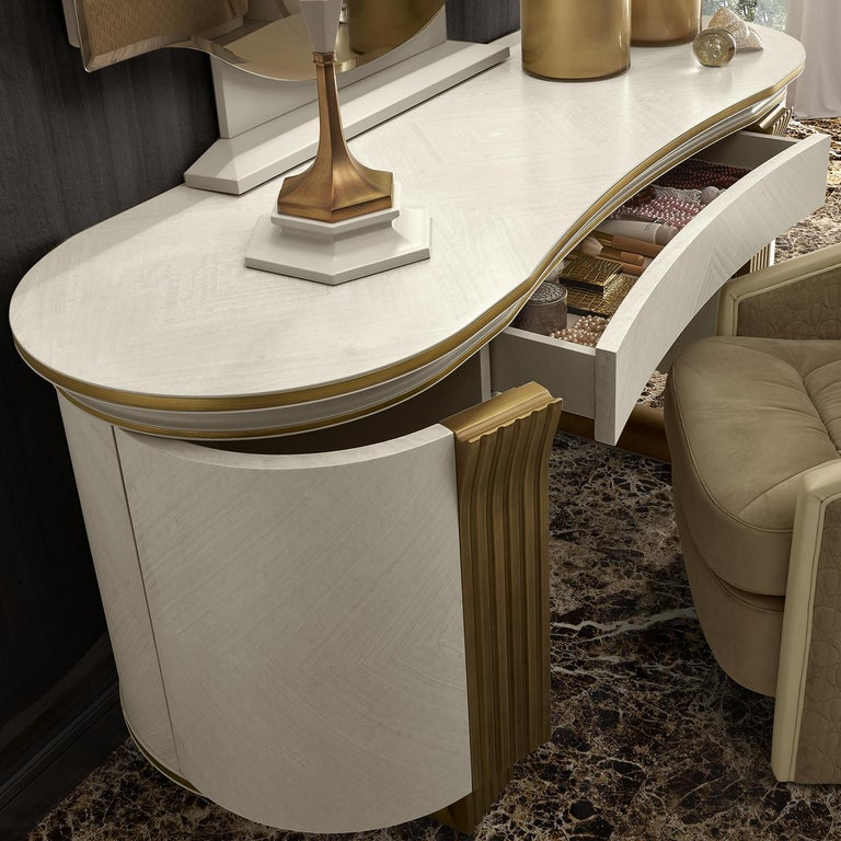 White and Gold Vanity Desk In New Condition For Sale In Milan, IT