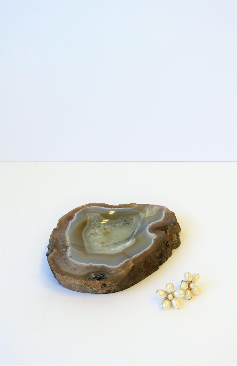 White and Sand Agate Onyx Vessel Bowl or Decorative Object In Good Condition For Sale In New York, NY