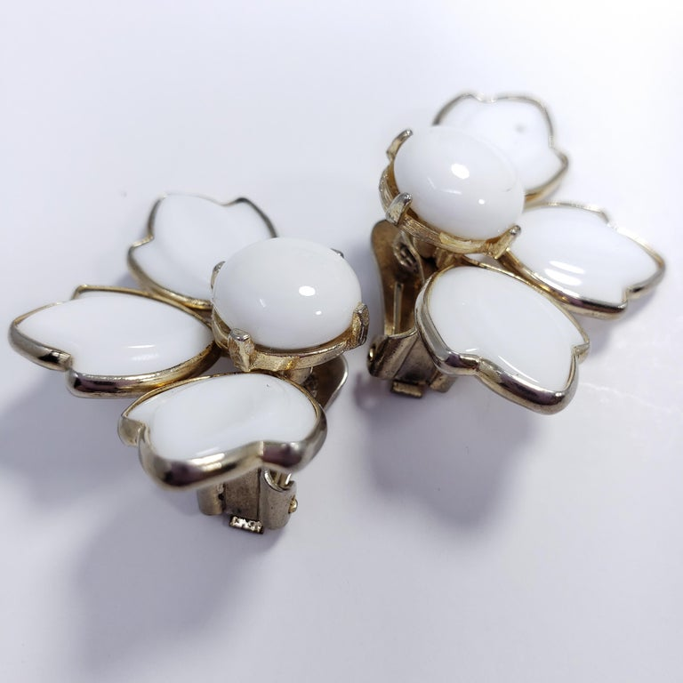 White Carved Glass Petal Clip on Earrings in Gold, Mid 1900s In Good Condition For Sale In Milford, DE