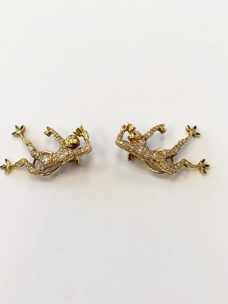 Round Cut White Diamond Earrings and Brooch Set of Man Dancing in 18 Karat Yellow Gold For Sale