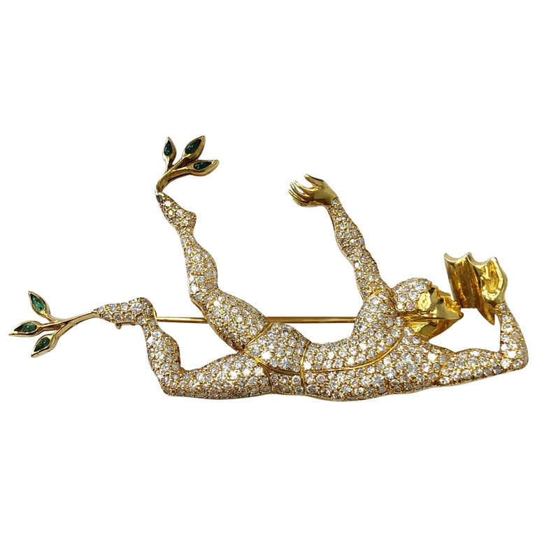 White Diamond Earrings and Brooch Set of Man Dancing in 18 Karat Yellow Gold For Sale