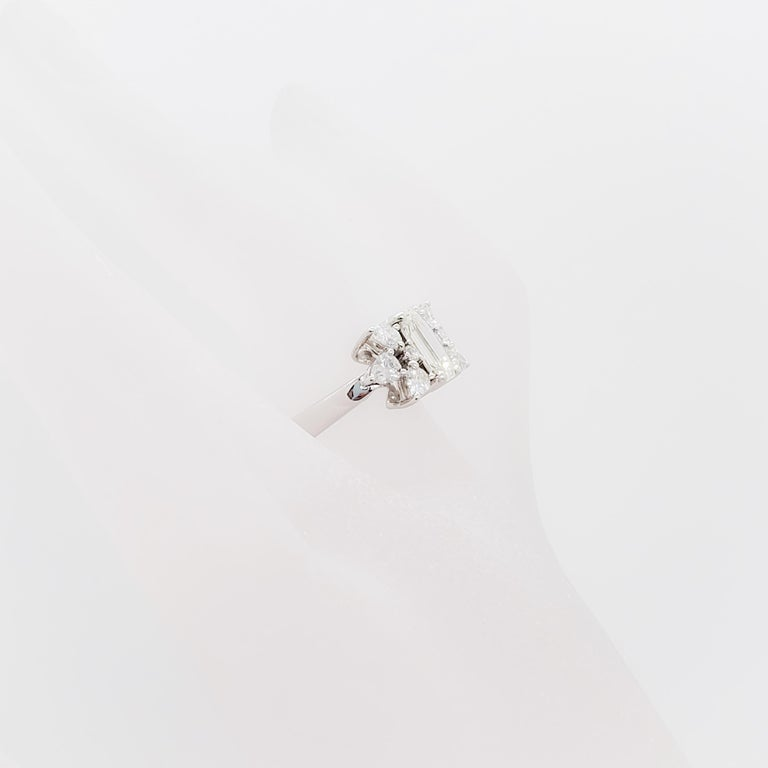 White Diamond Emerald Cut Ring in Platinum In Excellent Condition For Sale In Los Angeles, CA