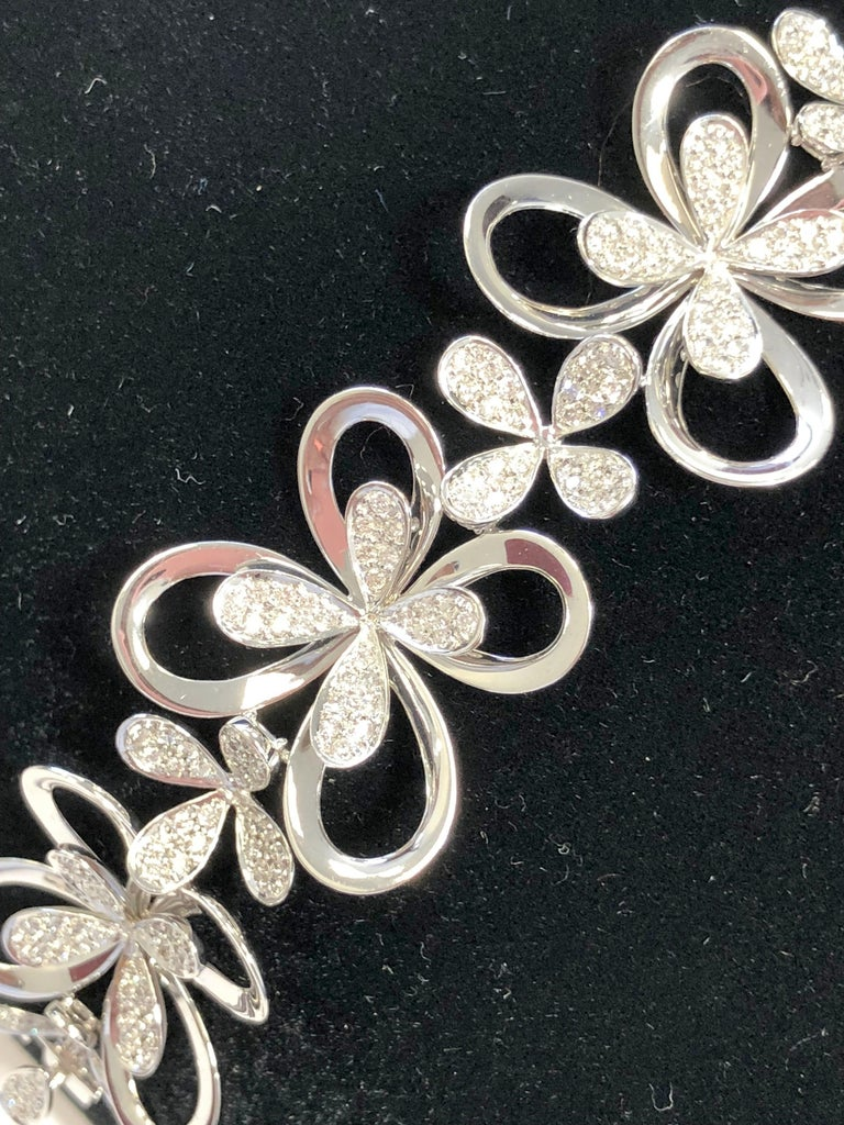 White Diamond Round Floral Design Bracelet in 18 Karat White Gold In New Condition For Sale In Los Angeles, CA