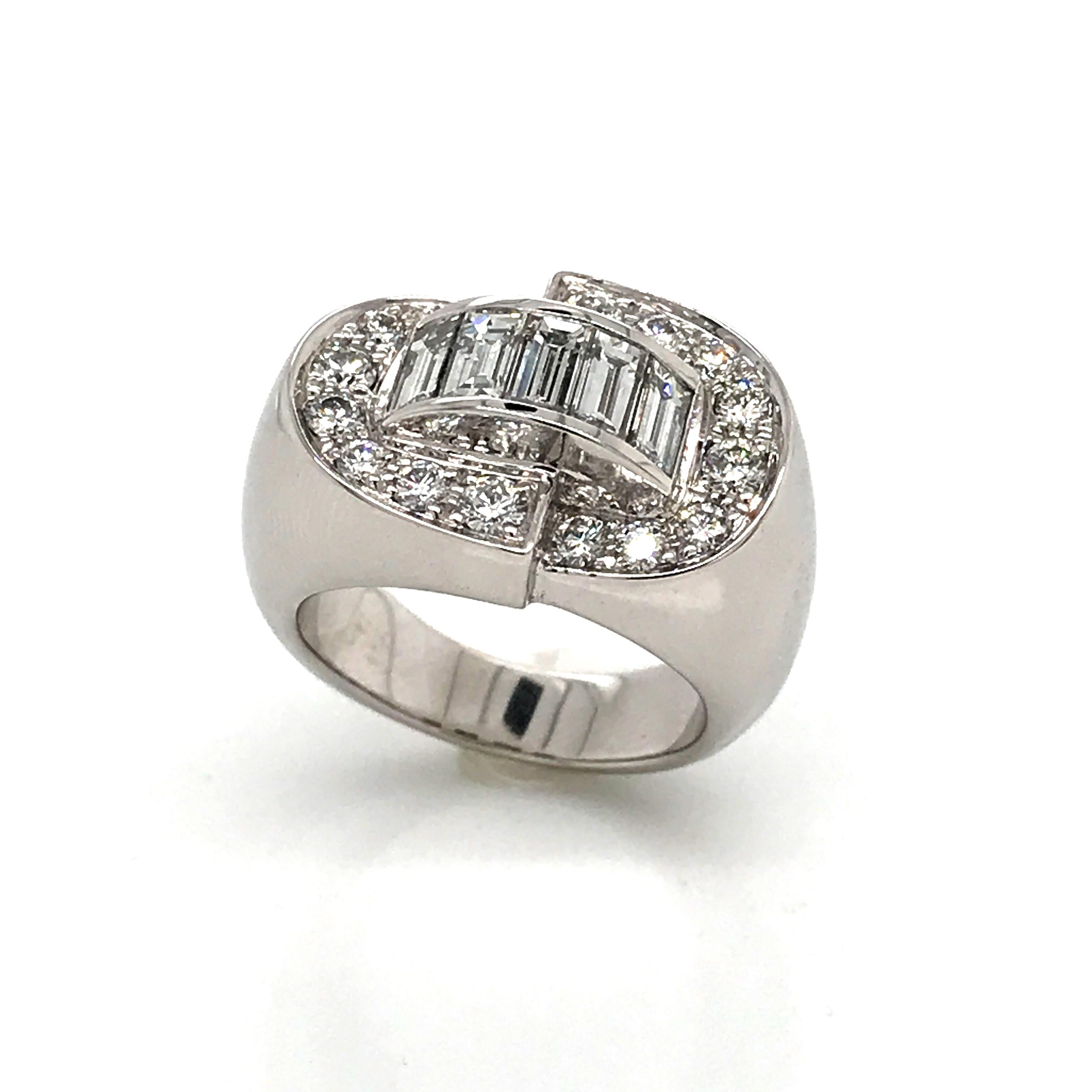 White Diamonds Round et Baguettes Cut on White Gold 18 Karat Ring