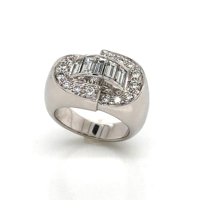 White Diamonds Round et Baguettes Cut on White Gold 18 Karat Ring For Sale
