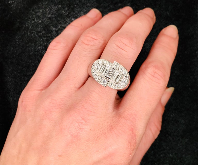 White Diamonds Round et Baguettes Cut on White Gold 18 Karat Ring For Sale 9