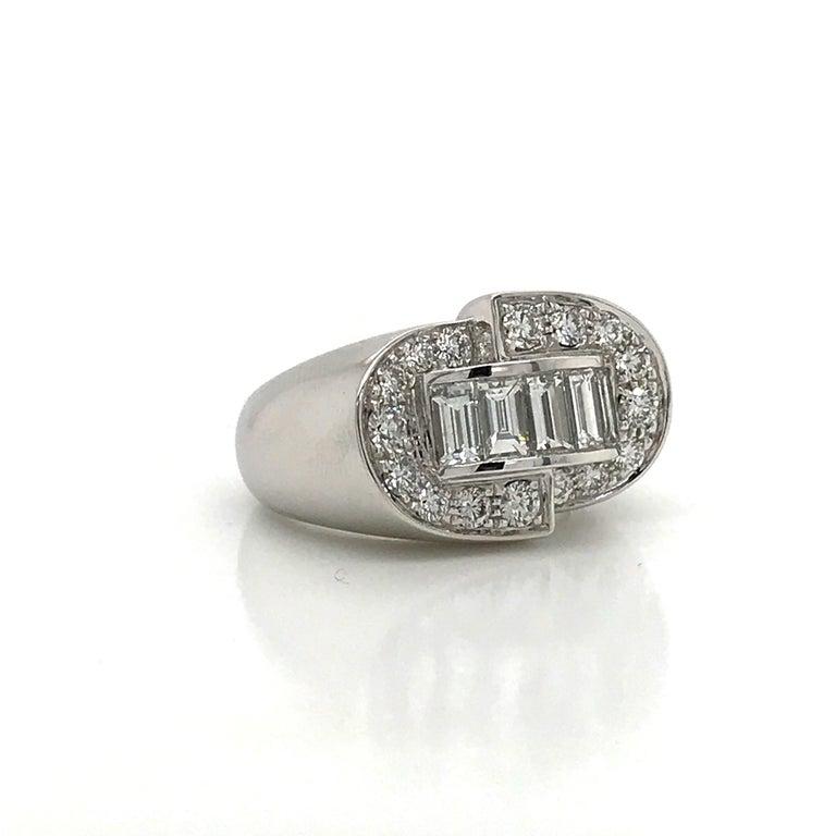 Baguette Cut White Diamonds Round et Baguettes Cut on White Gold 18 Karat Ring For Sale