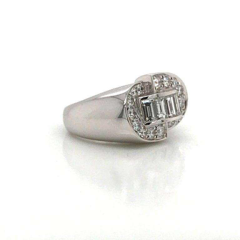 Women's or Men's White Diamonds Round et Baguettes Cut on White Gold 18 Karat Ring For Sale