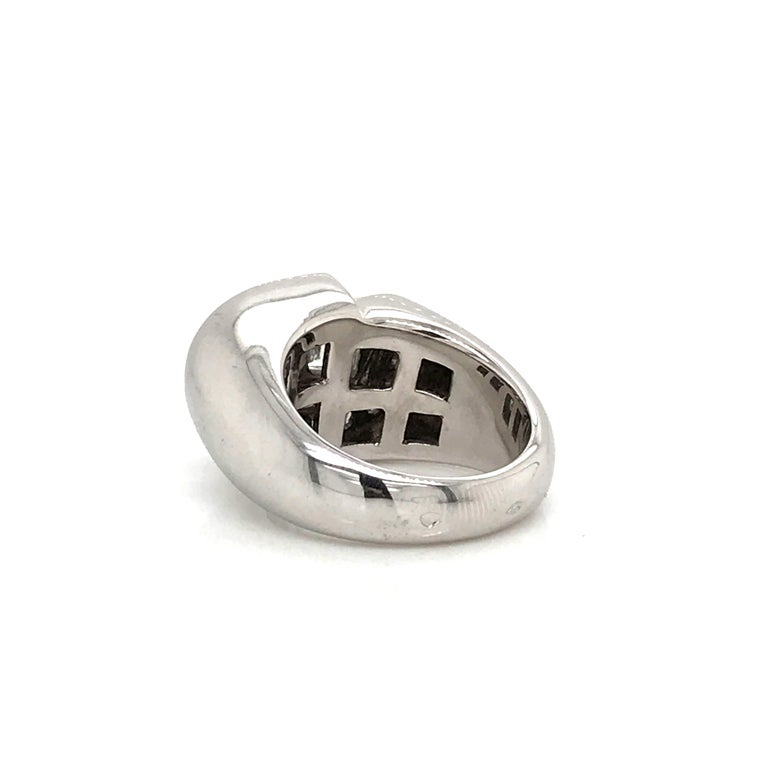 White Diamonds Round et Baguettes Cut on White Gold 18 Karat Ring For Sale 4