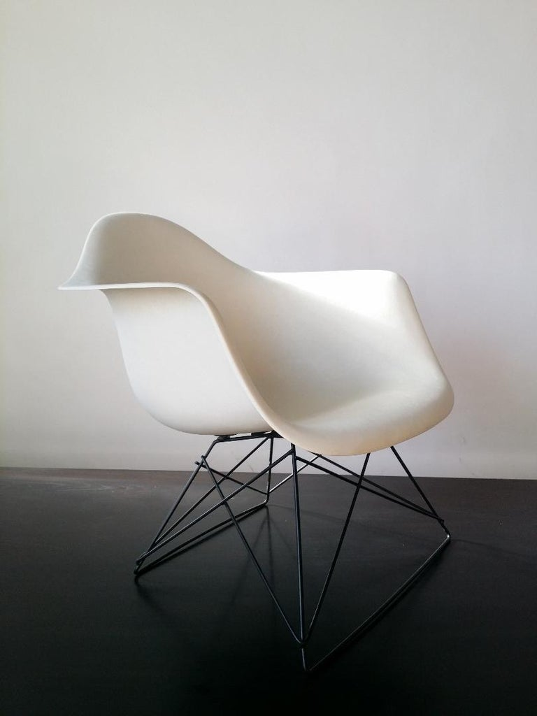 White Eames LAR Cats Cradle Chair In Good Condition For Sale In Providence, RI