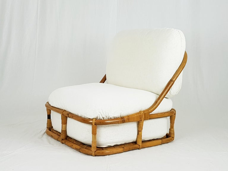This set, ideal for holiday homes, winter gardens, arcades and dehors, is composed of an armchair and a pouf made with a light and resistant structure of rattan in which large shaped white linen cushions are inserted. The padding is composed of a