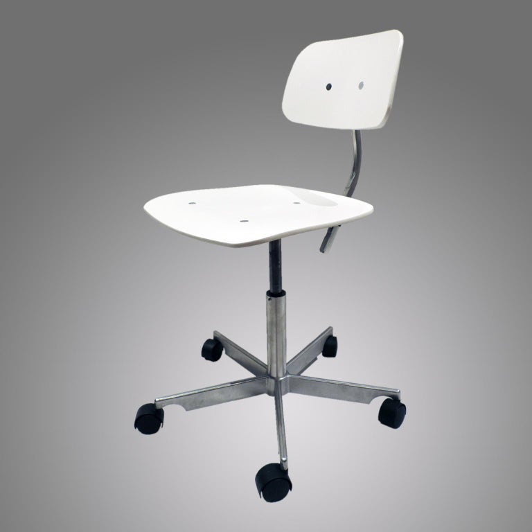 Kevi is the classic office chair with the hardwearing principle: the better you sit, the more you get done. It is suitable for homes, offices, schools and workplaces where one solution must satisfy many demands.  The seat and back are made of