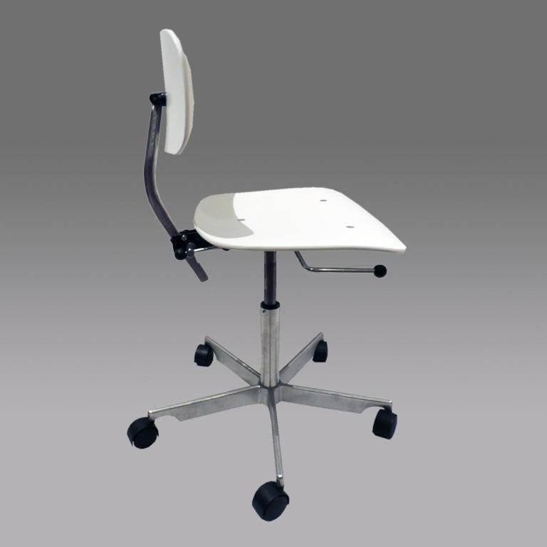 Scandinavian Modern White Fritz Hansen Kevi 2533 Swivel Office Chair For Sale