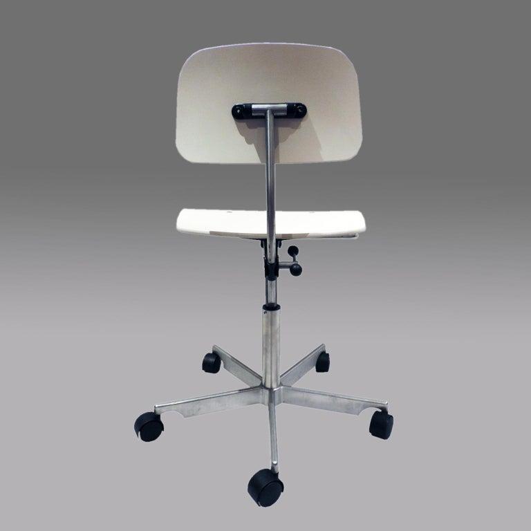 Danish White Fritz Hansen Kevi 2533 Swivel Office Chair For Sale