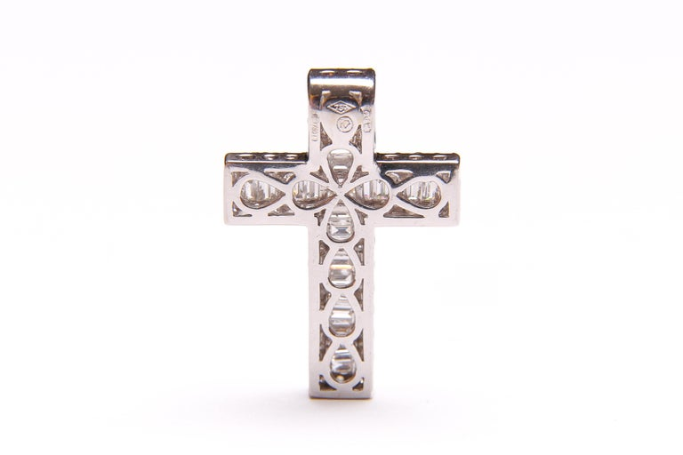 Women's or Men's White Gold and Diamond Cross / Crucifix Pendant, 77 Diamonds in Total 1.5 Carat For Sale