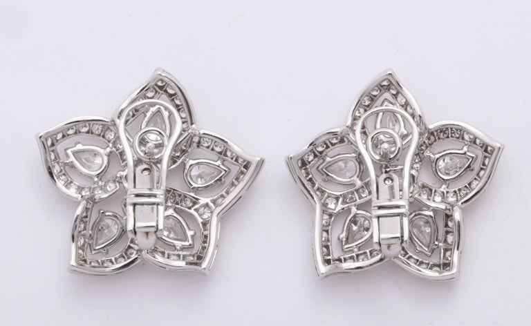 White Gold and Diamond Floral Earrings In New Condition For Sale In New York, NY
