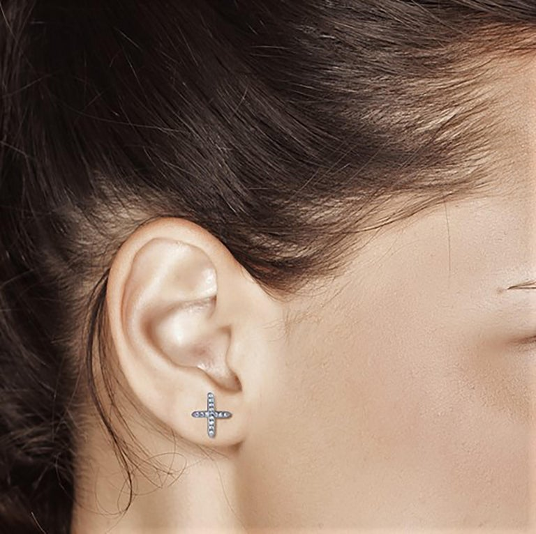 White Gold Diamond Cross Stud Earrings In New Condition For Sale In New York, NY