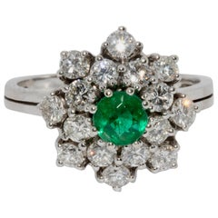 White Gold Ladies Cluster Ring with 16 Diamonds and Emerald