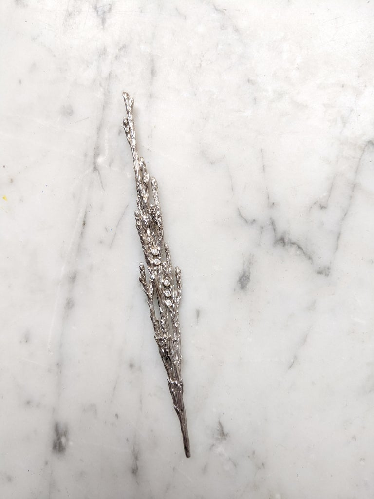 White Gold-Plated Sterling Silver Men Contemporary Juniper Brooch with Diamonds In New Condition For Sale In Berlin, DE