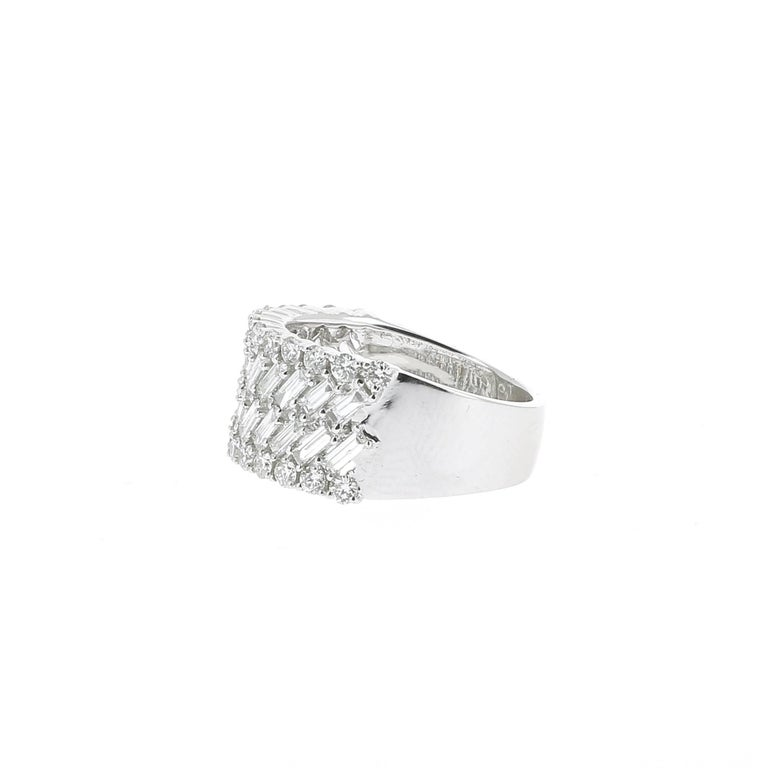 Extraordinary Ring set with 24 baguettes diamonds in center weighing 1,01 carats surrounded by 26 round diamonds weighing 0,56 carats. Diamonds are GVS quality. The Ring is in 18K White Gold.