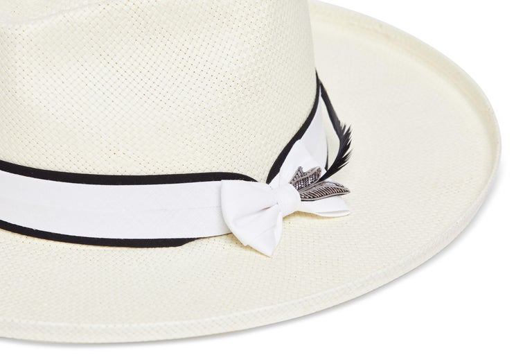 White handmade embellished hat NWOT In New Condition For Sale In Capri, IT