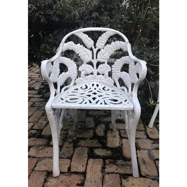 White Hollywood Regency Wrought Iron Patio Furniture Set in Fern or Palm Design In Good Condition For Sale In Oklahoma City, OK