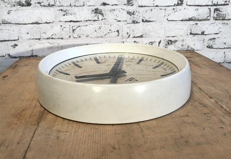 White Industrial Bakelite Factory Wall Clock from Pragotron, 1960s In Good Condition For Sale In Mratin, CZ