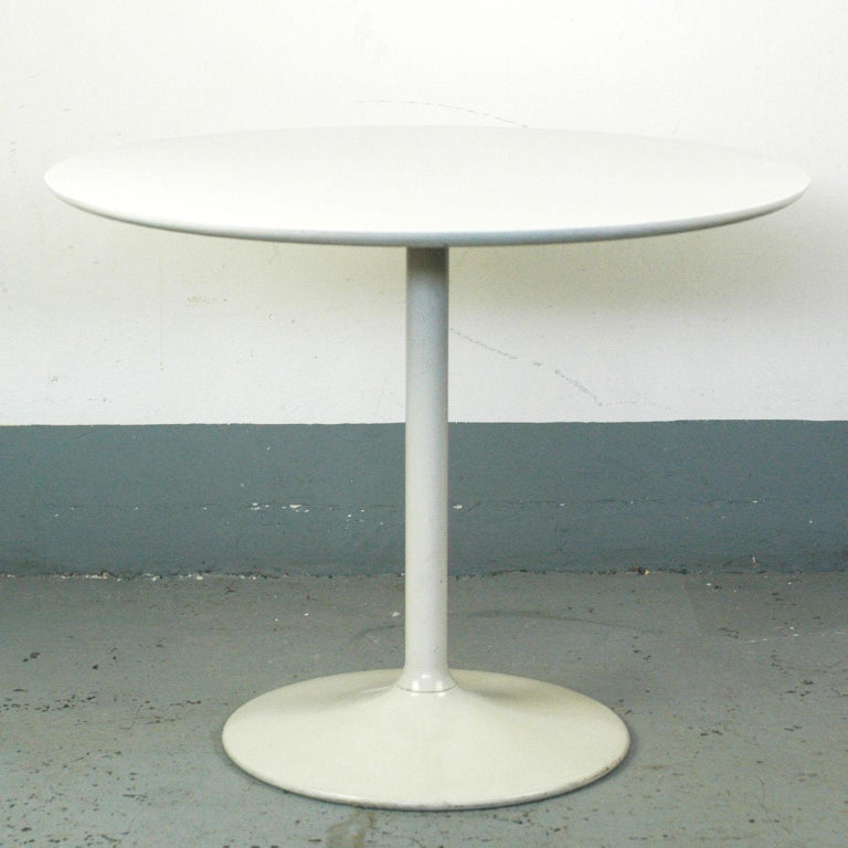Charming white lacquered circular coffee table with metal tulip base and wooden top in very good vintage condition and manufacturers label on the underside. The German company opal is well-known for their stylish small furniture's like coffee tables