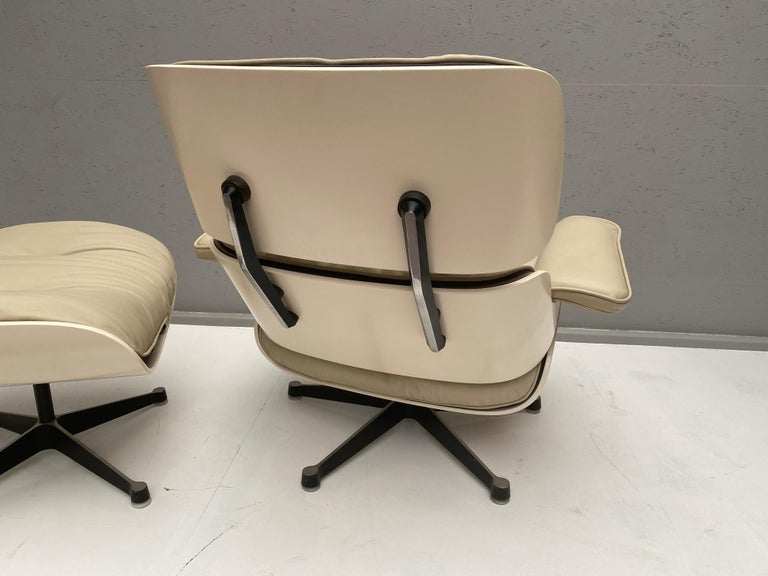White Lounge Chair and Ottoman in Style of Charles and Ray Eames In Good Condition For Sale In Brussels, BE