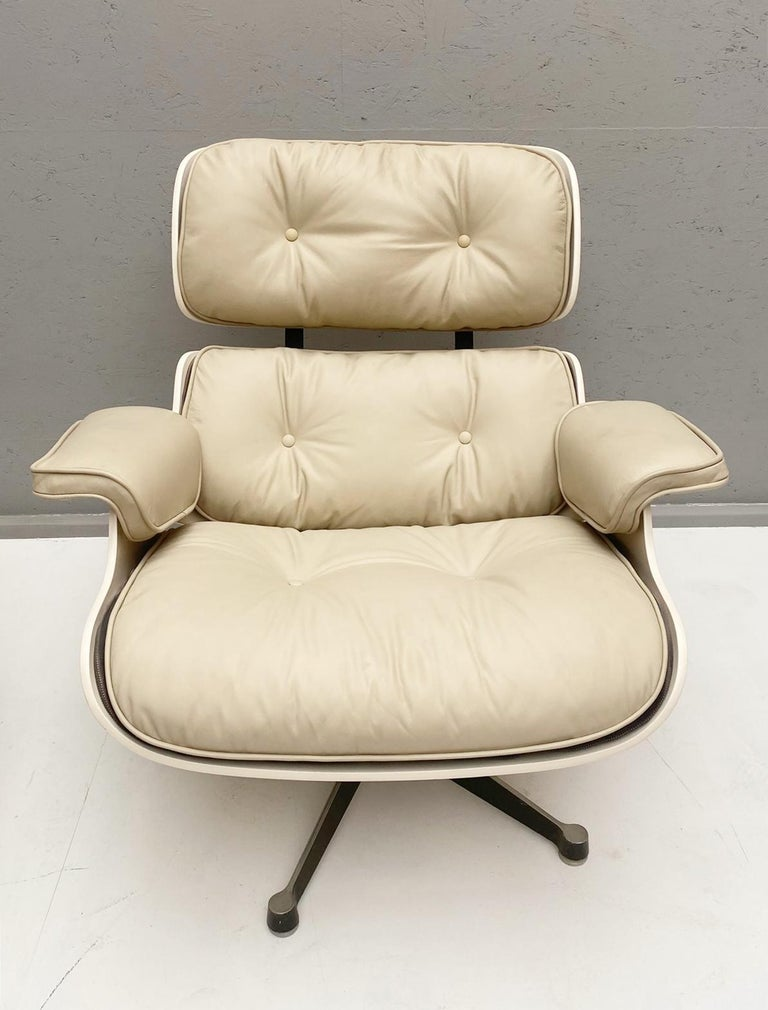 Mid-20th Century White Lounge Chair and Ottoman in Style of Charles and Ray Eames For Sale