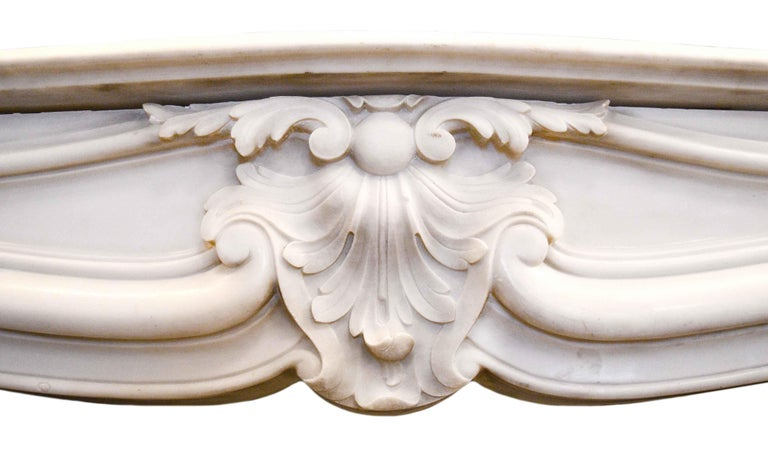 White Marble Mantel In Good Condition In Minneapolis, MN