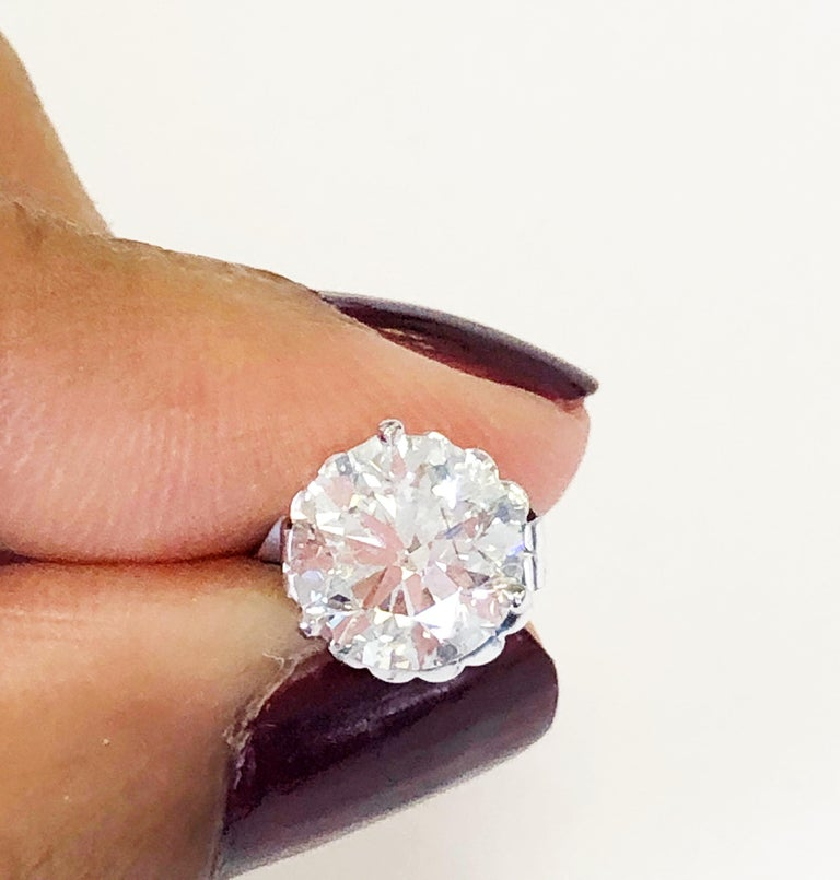 White Round Diamond Studs in 14 Karat White Gold In New Condition For Sale In Los Angeles, CA