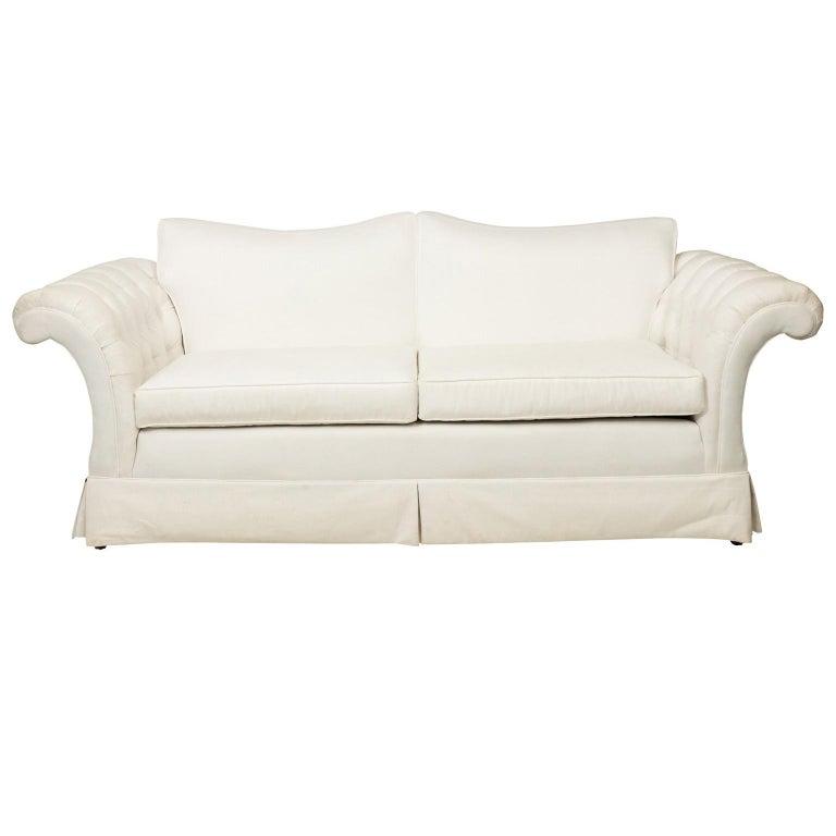 Weiß gepolsterte zwei Kissen Sofa nach Maß bei 1stdibs