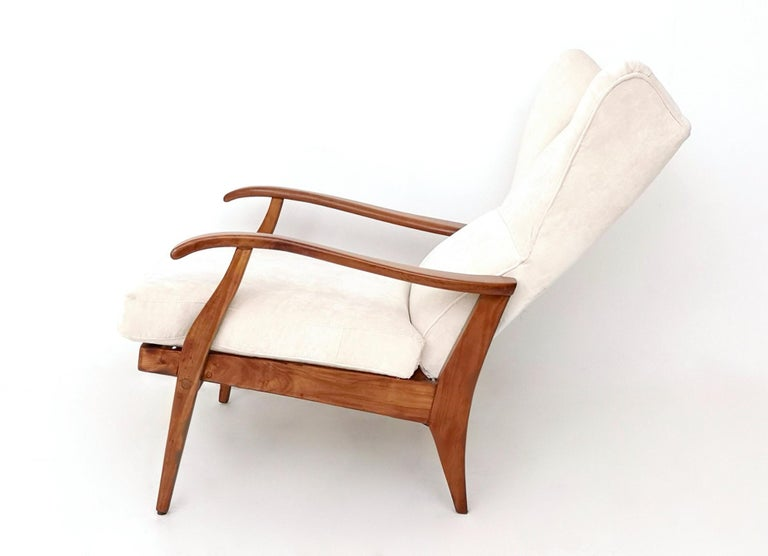 White Velvet Reclining Lounge Chair with a Cherry Frame, Italy, 1950s In Excellent Condition For Sale In Bresso, Lombardy
