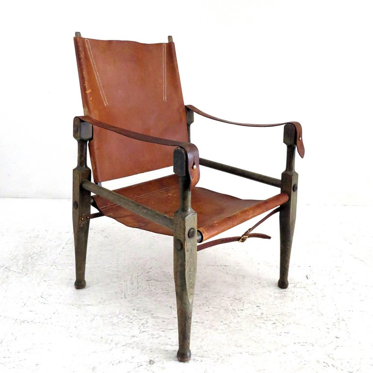 Wonderful safari chair, designed by Wilhelm Kienzle in 1928 for Wohnbedarf and manufactured in the early 1950s in Switzerland, with frame made of stained solid beech, covering in original brown leather, adjustable backrest, wood-to-wood joints are