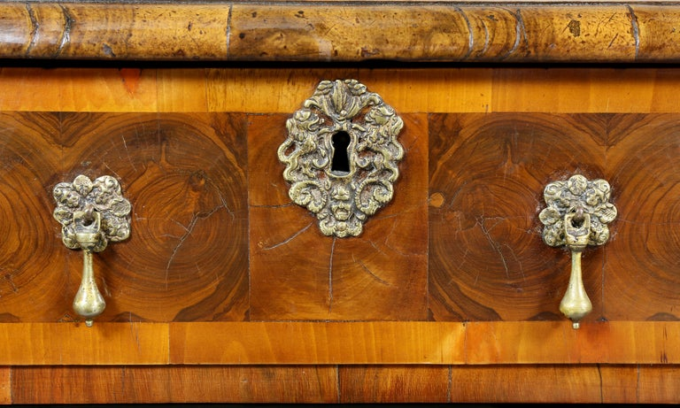 William and Mary Oyster Veneer Chest of Drawers In Good Condition For Sale In Essex, MA