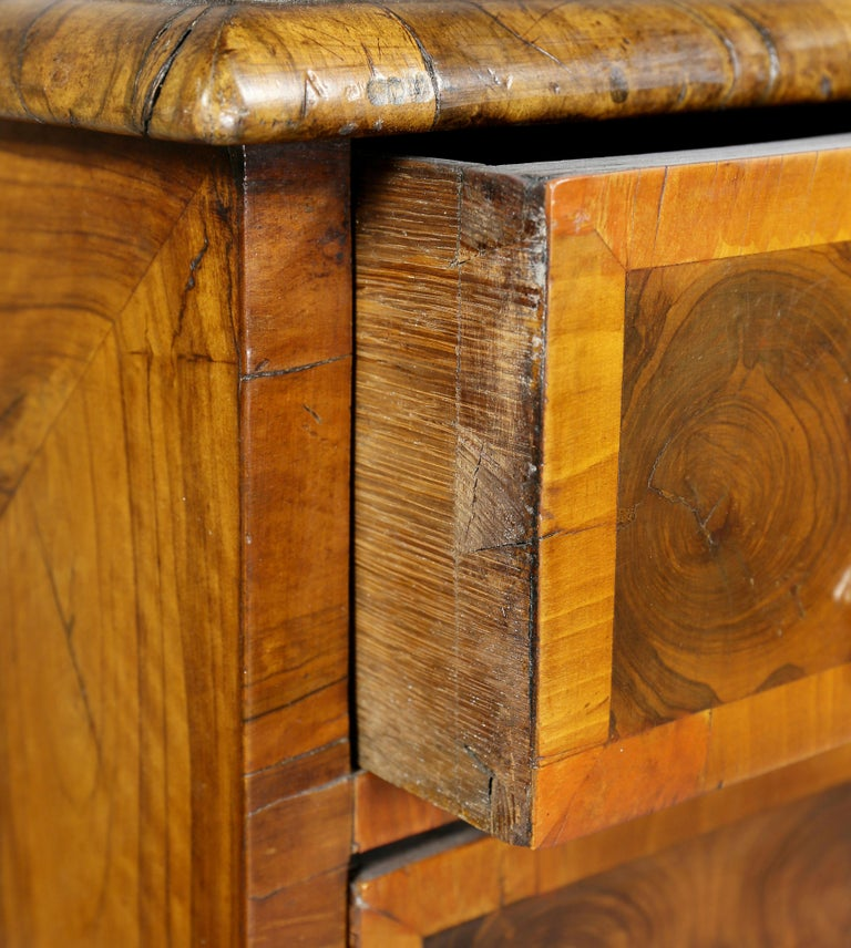Late 17th Century William and Mary Oyster Veneer Chest of Drawers For Sale