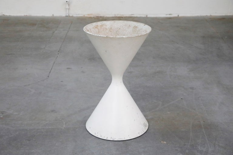 Willy Guhl for Eternit 'Diablo' Model 554 Hourglass Concrete Planter, Signed For Sale 2