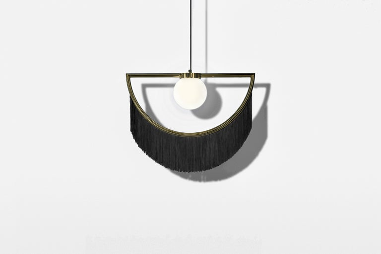 Lamps can wink their eyes, and they can also do it in the most elegant way: with fringes, gold and delicacy. From the collaboration of Masquespacio and Houtique appears Wink, a lamp that brings past and future vibes at the same time.  Product