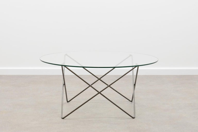 Wire coffee table 80s. Grey metal wire base with round glass top. Some scratches of use on the glass, rest in very good vintage condition.